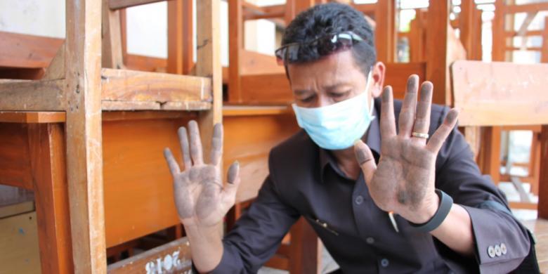 Sumber Foto : KOMPAS.com / MUHAMAD SYAHRI ROMDHON Pelajar SMK Muhamadiyah Kota Cirebon, terpaksa belajar menggunakan masker, lantaran sekolahnya terdampak debu batu bara yang lalu lalang di sekitar Pelabuhan Cirebon, Kamis siang, (17/9/2015). Para pelajar juga harus membersihkan kelas tiga hingga empat kali dalam sehari karena debu batu bara. Selain kotor, debu batu bara mengancam kesehatan ribuan pelajar, TK, SD, SMP, dan juga SMA yang berada di sekitar pesisir, Pelabuhan Cirebon.